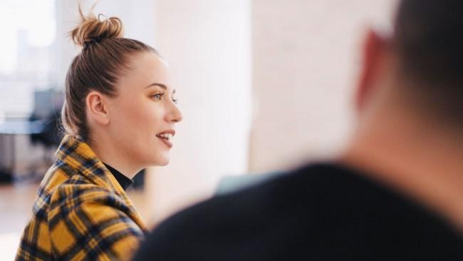 mujer hablando en la oficina