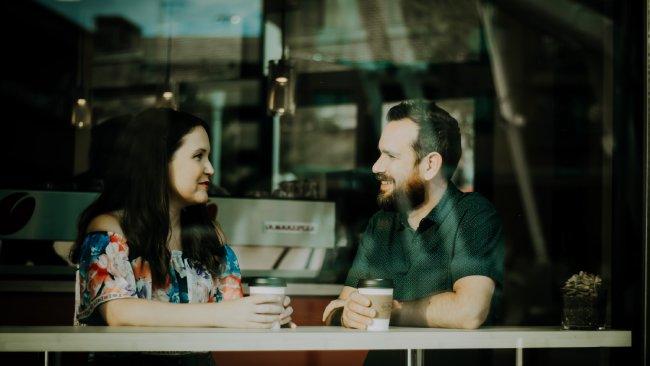 personas hablando en un café